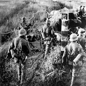 Немецкие солдаты пересекают границу СССР